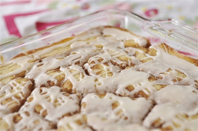 cinnamon roll cake - all the yummy flavor of a cinnamon roll in an easy to make cake