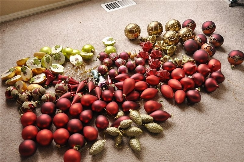 How to decorate a Christmas tree to create a lush and full tree with an easy to follow tutorial and lots of photos.