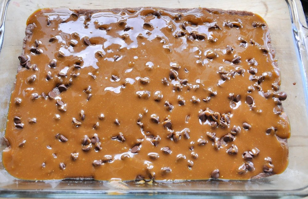 caramel sauce on top of brownies
