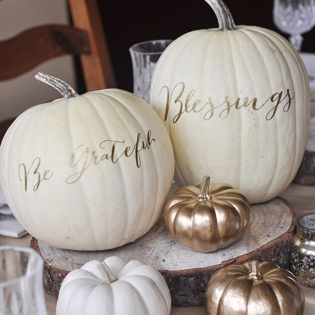 thanksgiving table decor with pumpkins