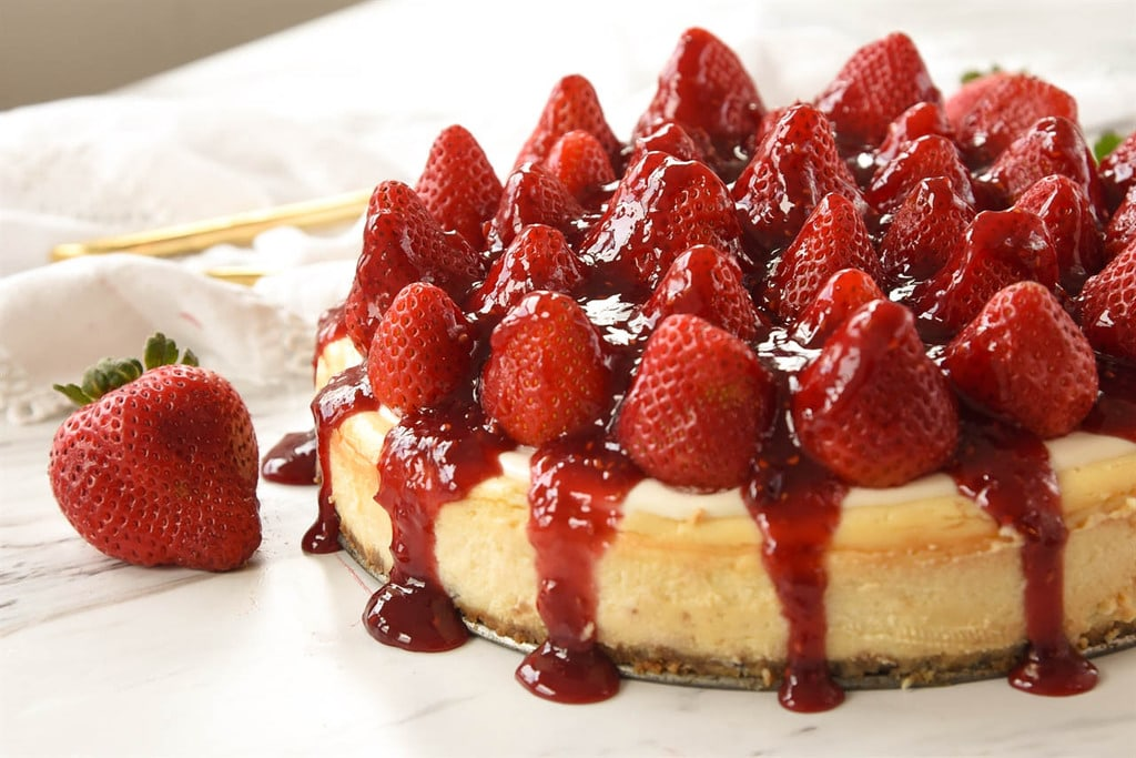 strawberry cheesecake with fresh strawberries
