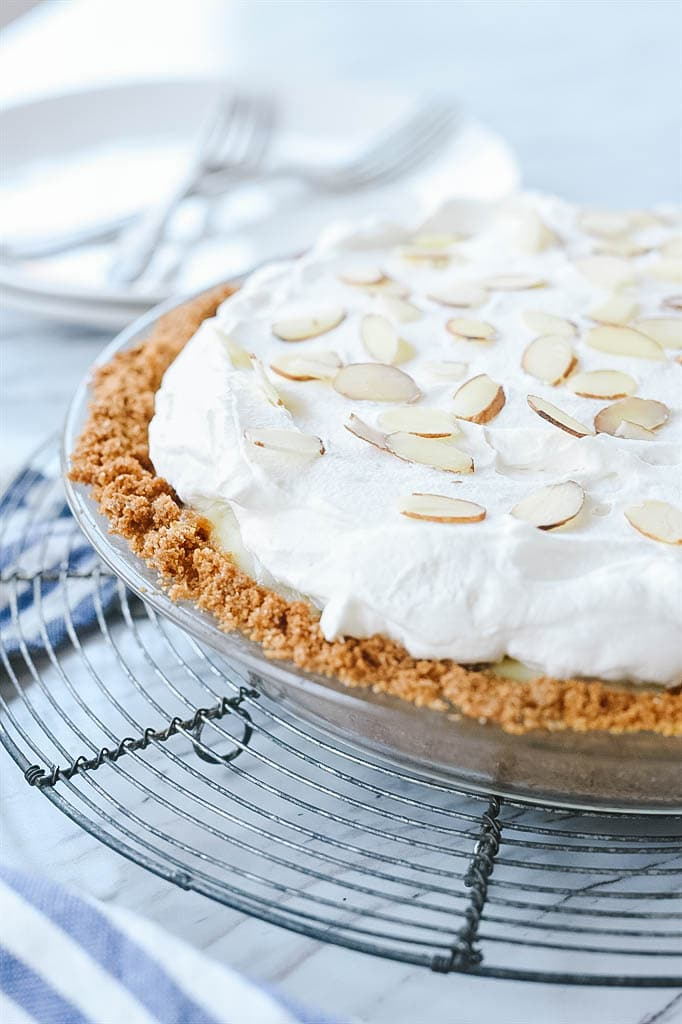banana cream pie - easy to make and full of delicious banana flavor!