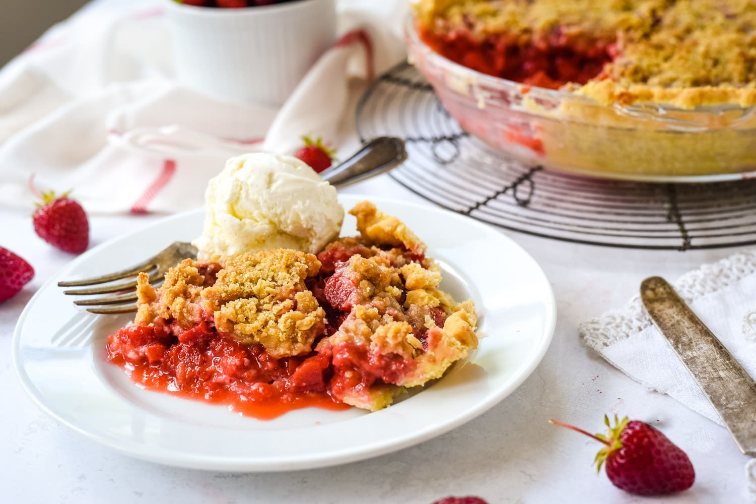 strawberry rhubarb pie with ice cream