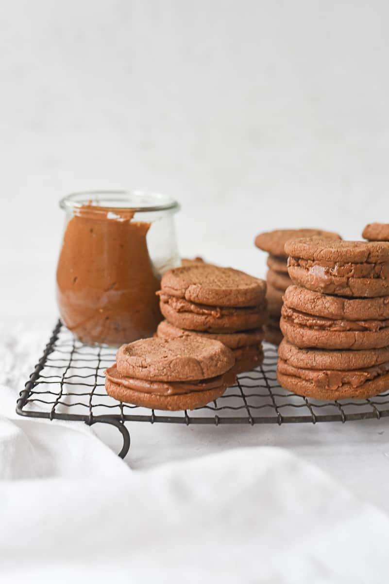 pile of chocolate sandwich cookies