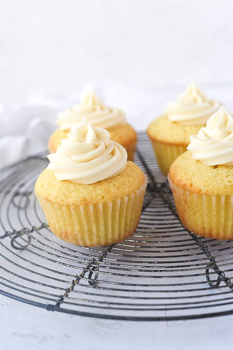 buttercream frosting on cupcakes