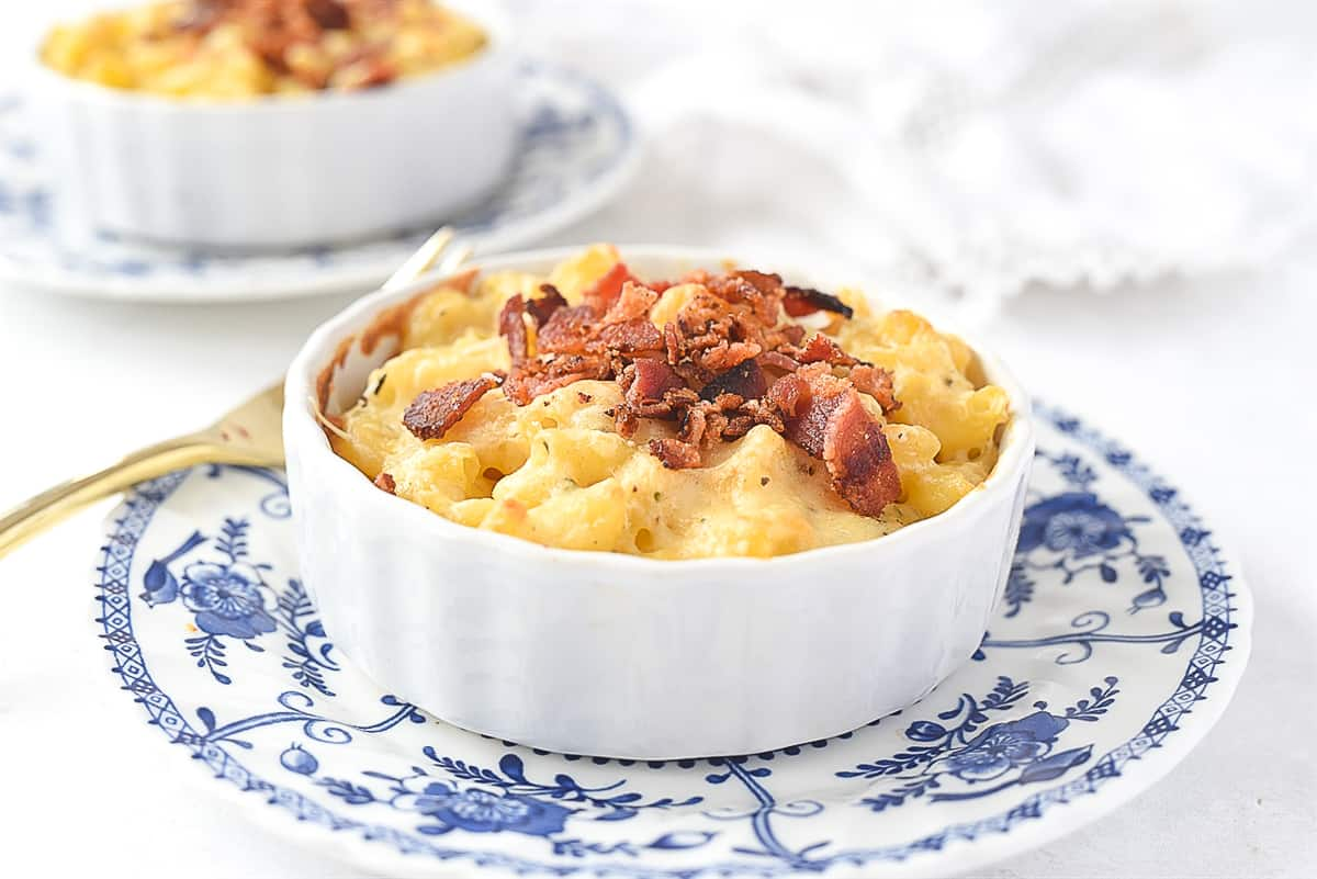 MAC AND CHEESE WITH BACON ON TOP